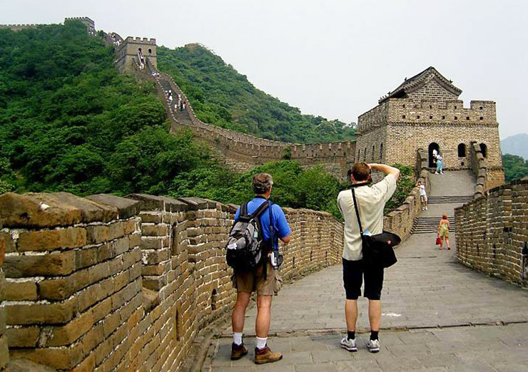 Take photos of beautiful scenery when hiking the Great Wall