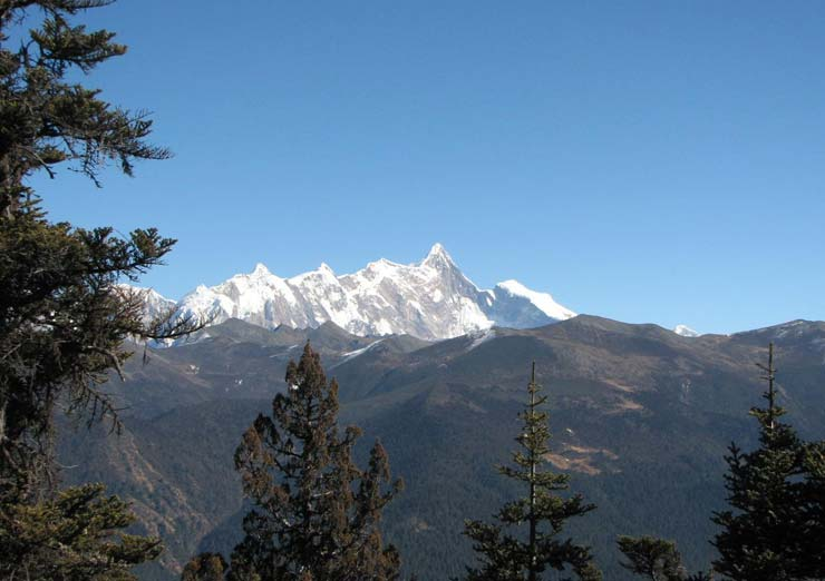 If you are lucky, you can see the Namche Barwa on the way to Bomi.