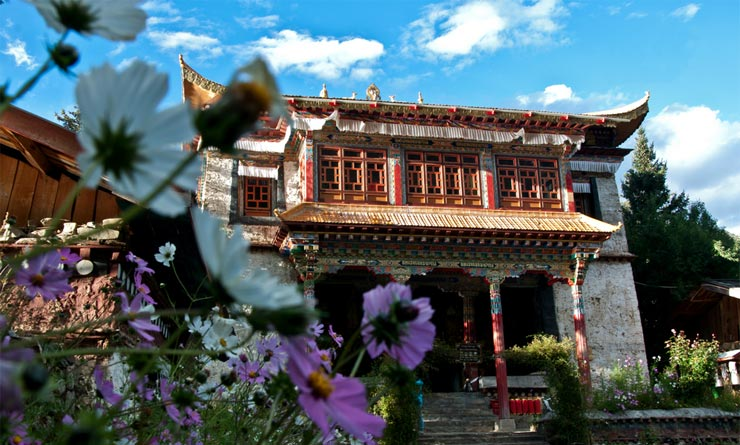 Tsodzong Monastery is located on the Tashi Island in the middle of the Basum Tso Lake.