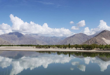 Yarlung Tsangpo River along the way back to Lhasa