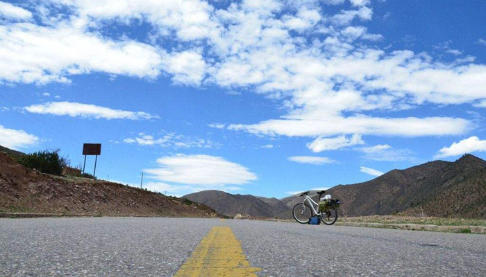 Cycle in Tibet in the ideal weather