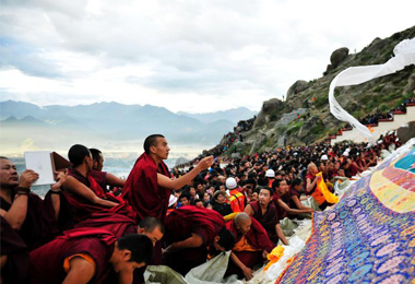 Each year the gigantic Buddha unfolding ceremony in Drepung Monastery draws huge crowds.