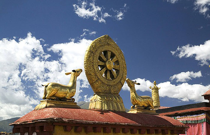 The religion symbol at the roof of the Jokhang Temple