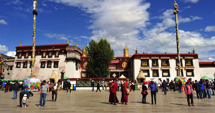 The front entrance of Jokhang Temple is packed with pilgims and tourists.