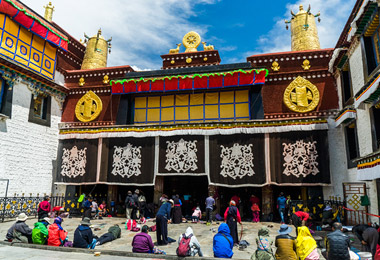 Every morning, there are many local pilgrims praying in front of the Jokhang Temple.