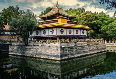 Norbulingka is the former summer palace of Dalai Lama.