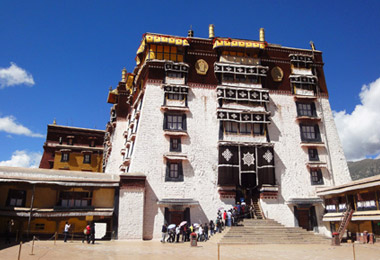 Tourists line up to enter the white palace of Potala Palace