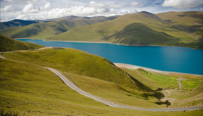 Visit Yamdrok-tso on the Way to Shigatse